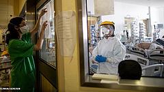 Koronavírus: 213 beteg meghalt, több mint tízezren kórházban, 1174-en lélegeztetőgépen vannak Magyarországon