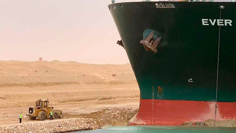 Szuezi-csatorna: pár centivel arrébb ment a monstrum