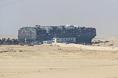 Részben kiszabadították a Szuezi-csatornában elakadt hajót