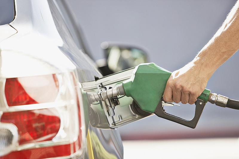 Kis mértékben drágulnak az üzemanyagok péntektől