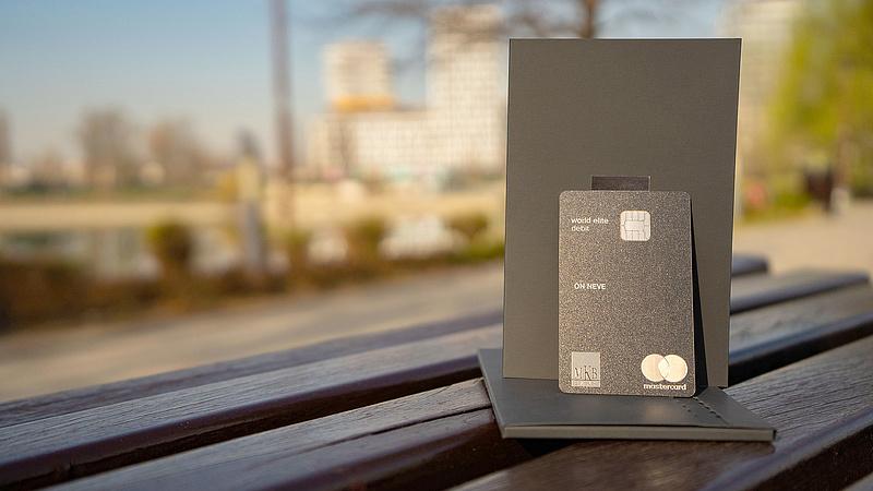 Itt a legújabb bankkártya: fémből készült, és nagyon sokat tud