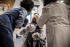 Koronavírus: egy nap alatt 1,5 millió új fertőzött, már 3 millió felett az áldozatok száma