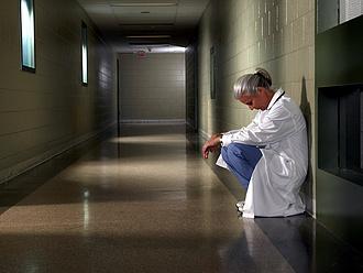 Akadozik a távozó dolgozók kifizetése a tatabányai kórházban
