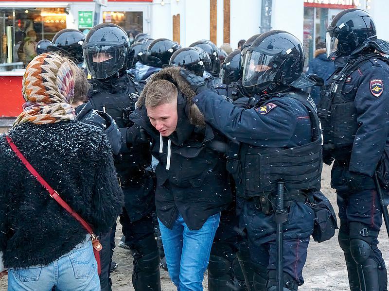 Tüntetések Moszkvában és Szentpéterváron, sok embert őrizetbe véttek