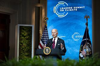 Biden eltüntette Trump örökségét és Obamára is rávert