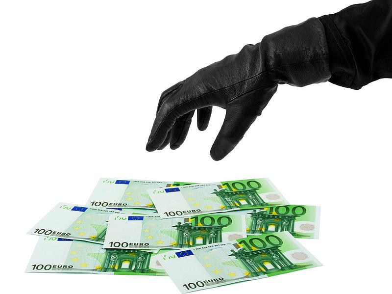 Egy év alatt nyolcvanezer embert mentett meg az MNB a csalóktól