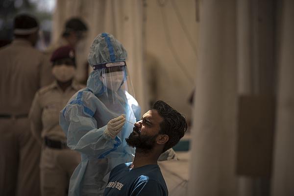 Egy nap alatt több mint 8000 ember halt bele a koronavírusba