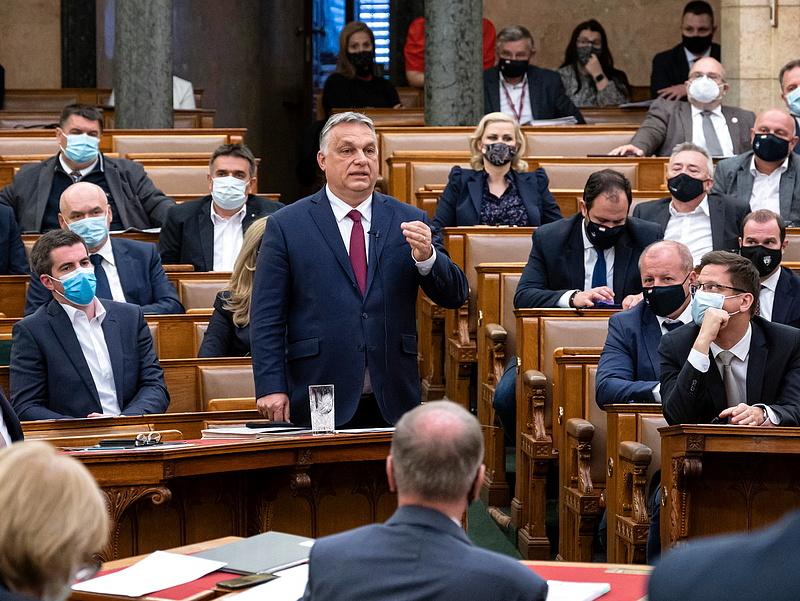 Piros lapot kapott Orbán Viktor a parlamentben