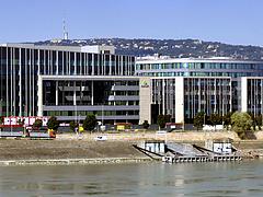 Felvásárlási láz: az MNB-alapítványos cég 58 milliárdért vett két irodaházat
