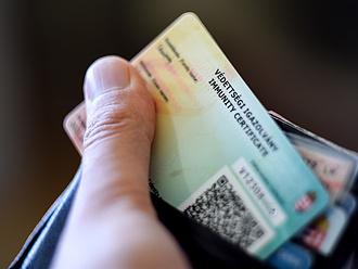 Már 100-200 ezer forintért lehet védettségi igazolványt szerezni