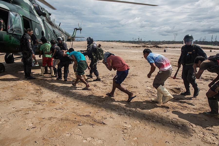 A perui hadsereg razziája egy illegális bányánál.