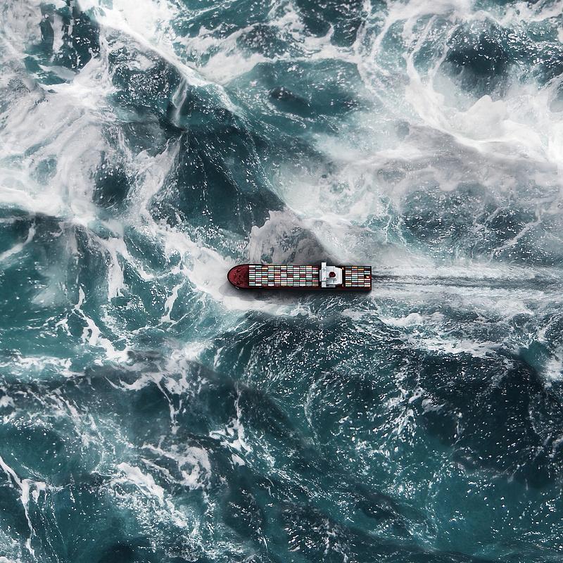 Emberi hibák miatt vesznek tengerbe az értékes konténerek
