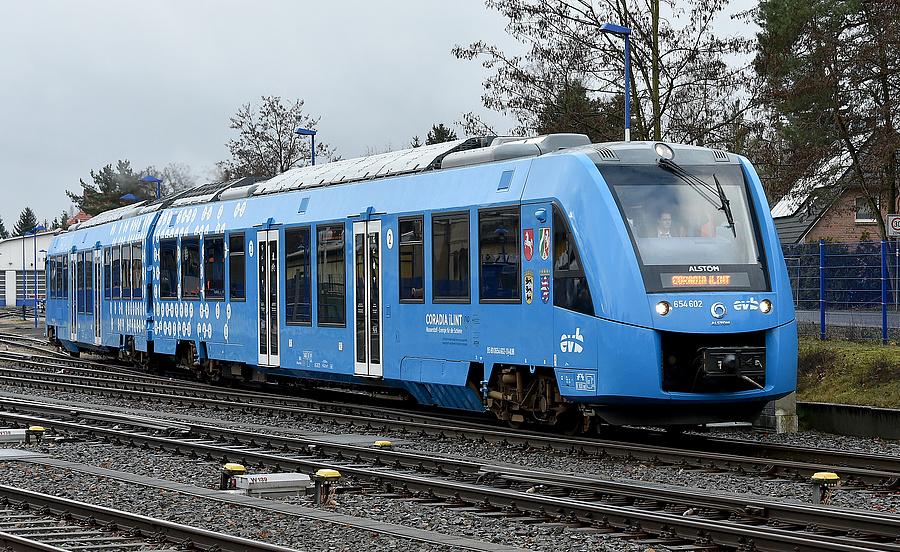 A tesztüzemben működő Coradia iLint elhagyja a basdorfi állomást (2019.02.11.)