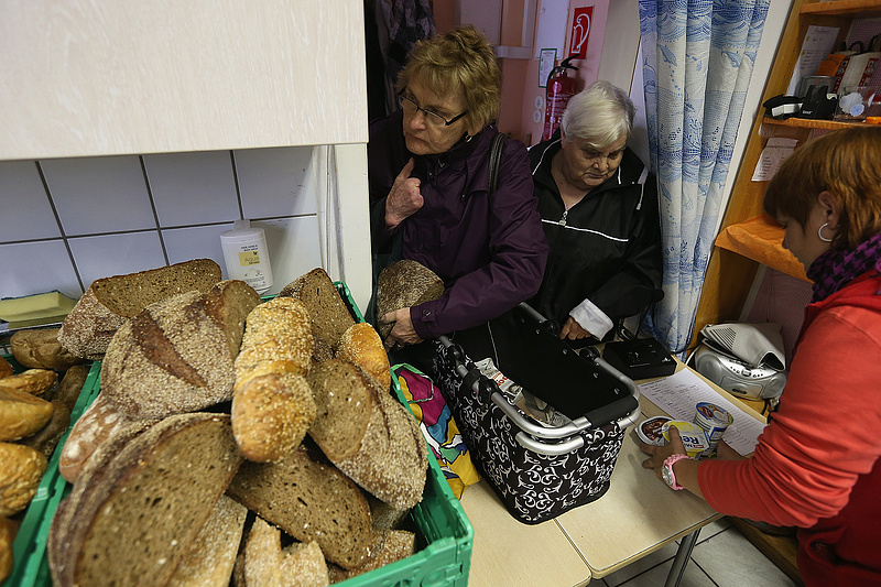 A nyugdíjasok harapófogóba kerültek, de csak aprót kapnak a kormánytól