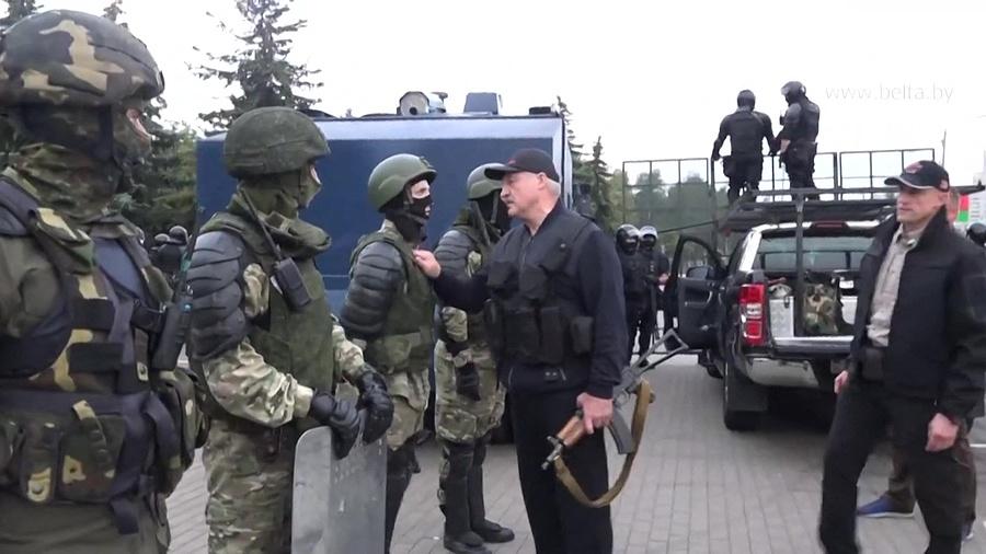 Lukashenko con chaleco antibalas.