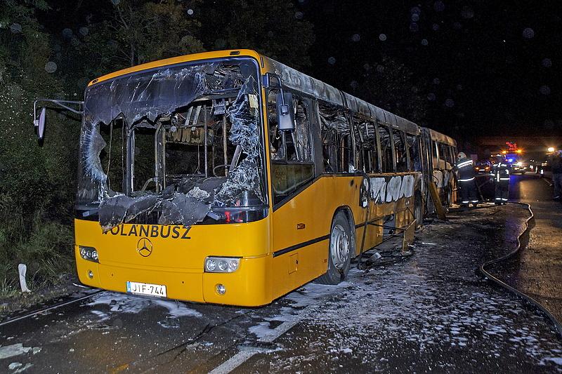 Az M7-esen kiégett busz - fotók