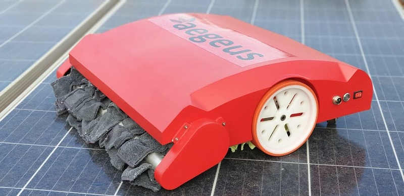 Nem kell többé a tetőre mászni a tiszta napelemért: felküldhető a robot
