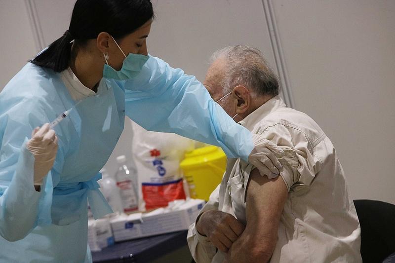 Koronavírus: fontos figyelmeztetést kaptak a félig oltottak