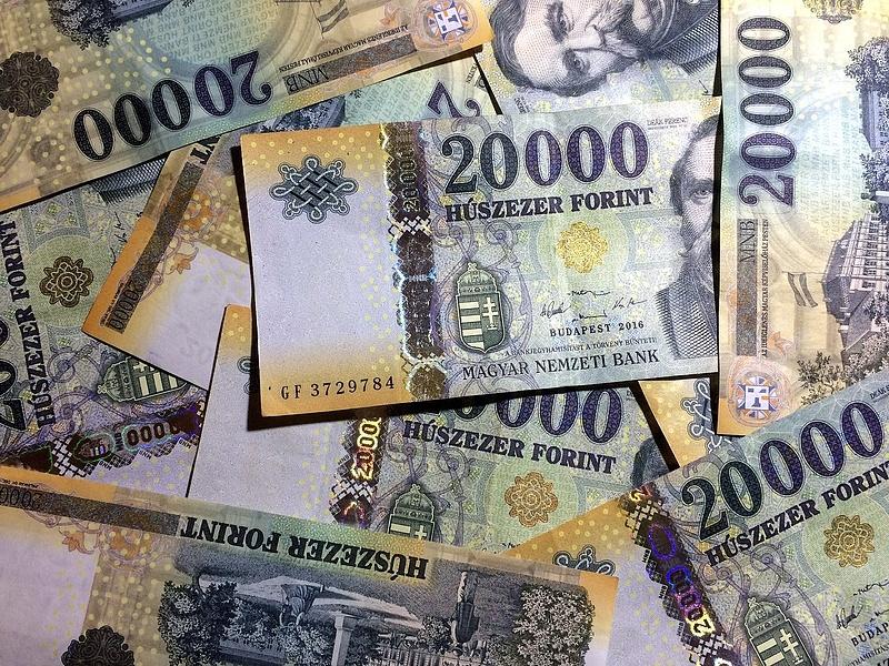 Ömlik a pénz a magyar régióba