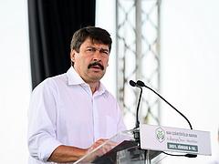 Áder: a klímaváltozásnak súlyos hatása lesz a Kárpát-medencében, a gazdáknak váltani kell