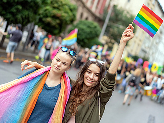 Többezres tüntetés a Kossuth téren a homofóbtörvény ellen