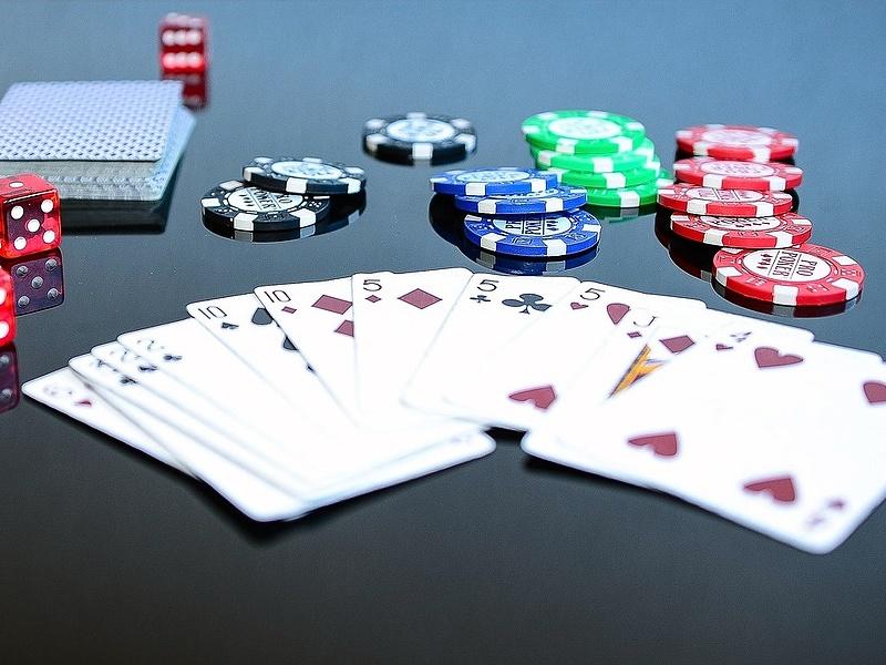 Már a pókerpartnereiben sem bízhat a bajba került milliárdos