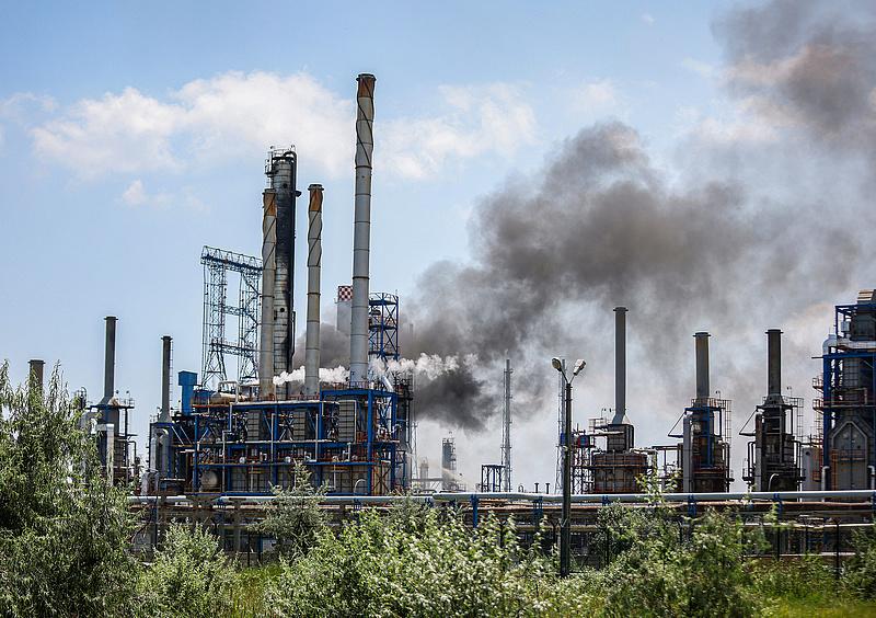 Robbanás történt Románia legnagyobb olajfinomítójában