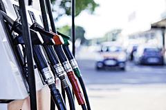 Akár 600 forintra drágulhat a benzin Magyarországon