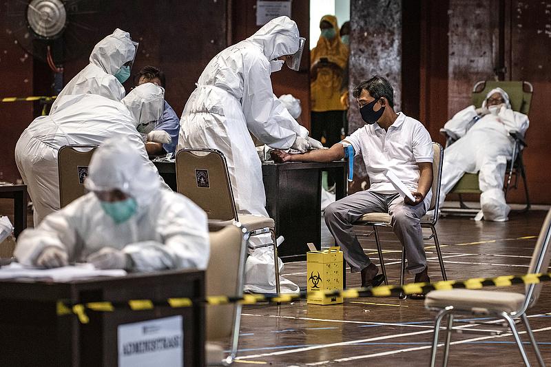 A kínai oltás dacára sorra fertőződnek meg az orvosok, Indonéziában egyre feszültebb a helyzet