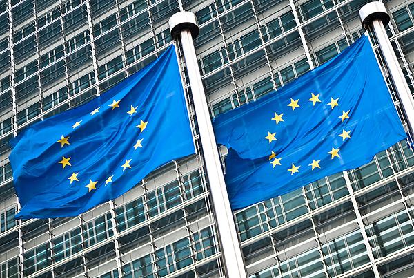 Brüsszel ellenállóbb kontinenst akar, de célkeresztbe veszi a nehézgépjárműveket is