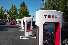 A Tesla megnyitja mindenki előtt szupertöltőit