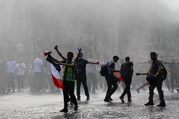 Könnygázzal oszlatják a járványügyi korlátozások miatt tüntetőket Franciaországban