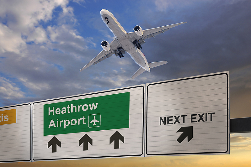 Óriási tömeg jött össze a Heathrow-n, többen elájultak