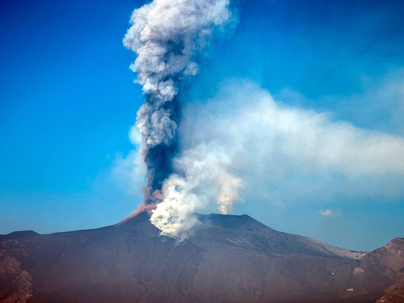 Kitört az Etna, rekordmagasra nőtt a vulkán