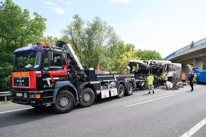 Meghalt a kórházban az M7-es buszbaleset egyik sérültje