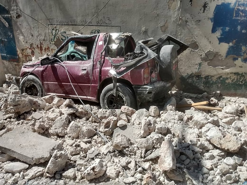 Már több mint 2400 halálos áldozata van a haiti földrengésnek