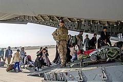 Merkel: folytatjuk a mentőakciót Afganisztánban, tárgyalunk a tálibokkal