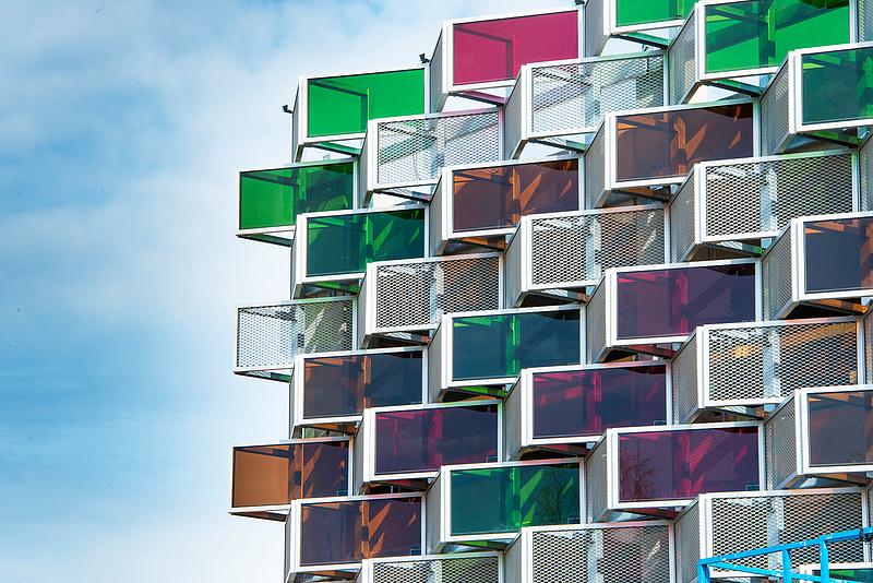 Láthatatlan napelemet kapott az épület, ami 300 elektromos járművet képes feltölteni