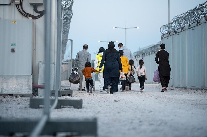 Újabb 240 kimentett afgánt visznek át Ferihegyről Röszkére