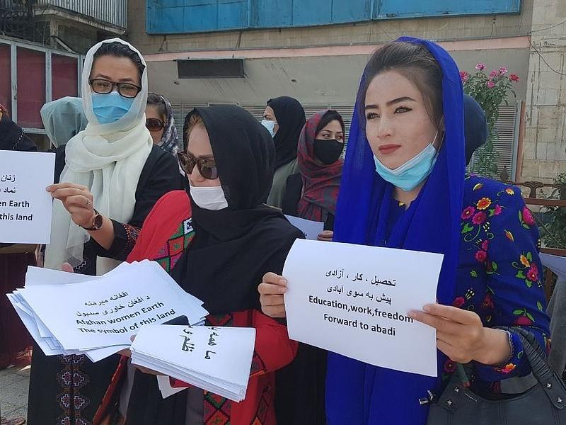 Afgán nők tüntettek saját jogaikért, de a tálibok szerint az ő helyük otthon van