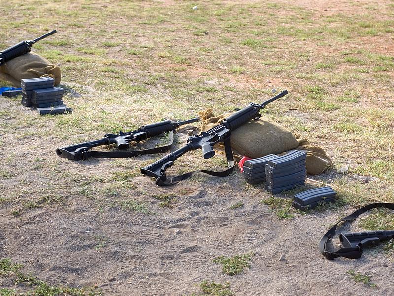 Afganisztánban az utcáról nyíló boltokban árulnak fegyvereket
