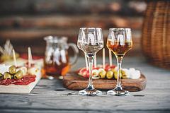Eladhatatlan mennyiségű bor helyett, a lepárlást támogatja a kormány