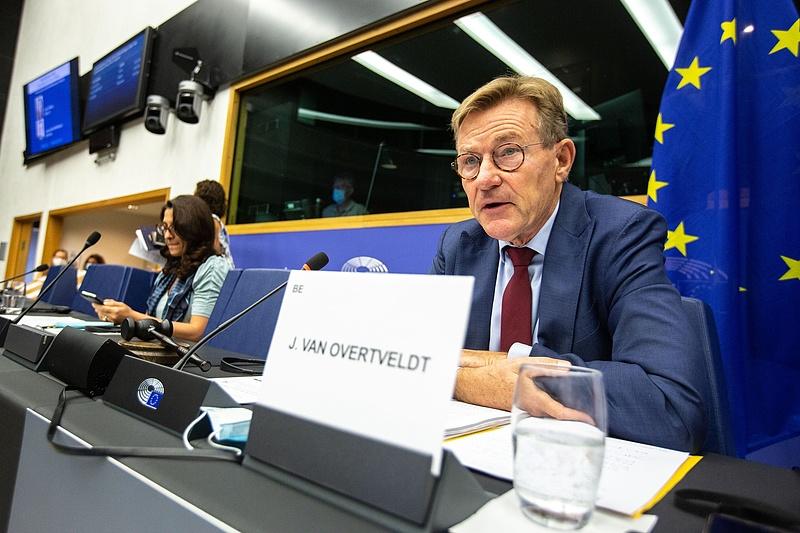 Tiszta vizet önthet a pohárba az Európai Bizottság elnöke