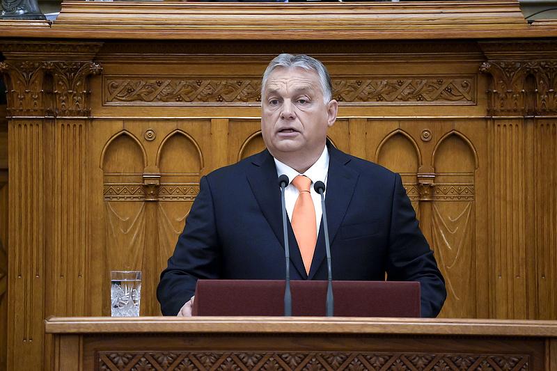 Adómentességet, nyugdíjprémiumot, 600 milliárdos visszatérítést ígér Orbán Viktor