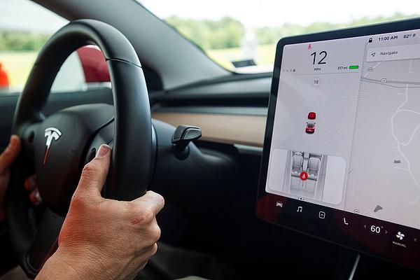 A Tesla-tulajok inkább mobiloznak, ha bekapcsol az önvezető