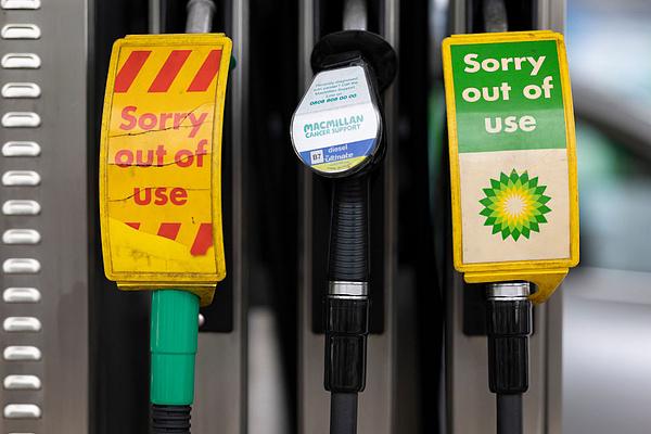 A pánivásárlások megszűntek, de rekordon a benzinár Nagy-Britanniában