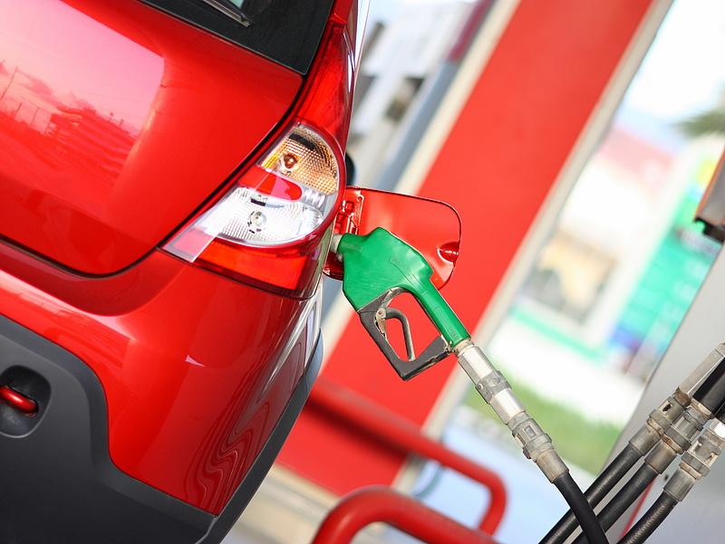 Újabb mérföldkőhöz érkezett az üzemanyagár: az áfa még soha nem volt három számjegyű