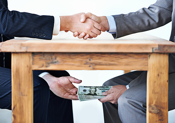 Autóátírási korrupciós ügyre csapott le az ügyészség
