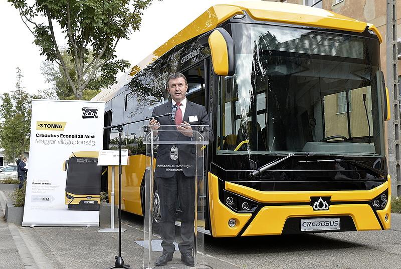 A hazai buszgyártás új aranykorát lengette be Palkovics