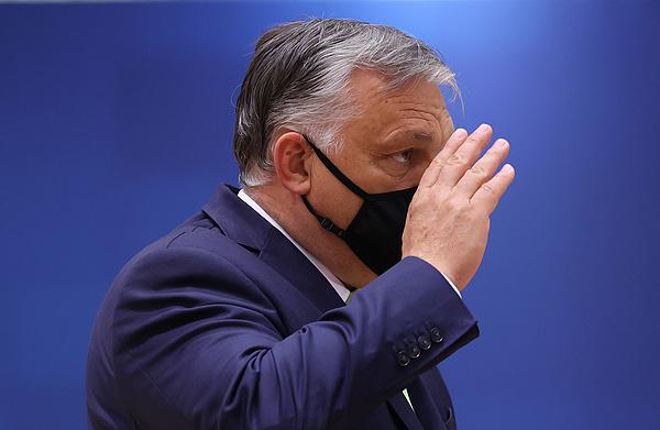 Kereszttűzbe került Orbán Viktor és Mateusz Morawiecki a brüsszeli csúcson